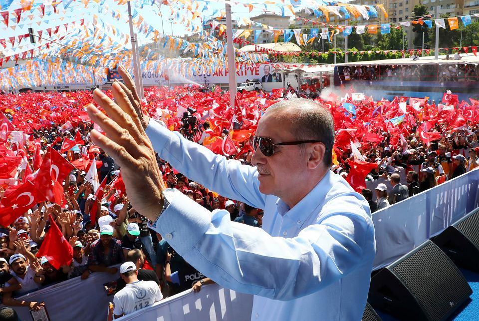 Recep Tayyip Erdogan na przedwyborczym wiecu przemawia do swoich zwolenników, Sanliurfa, 20 czerwca 2018 r.