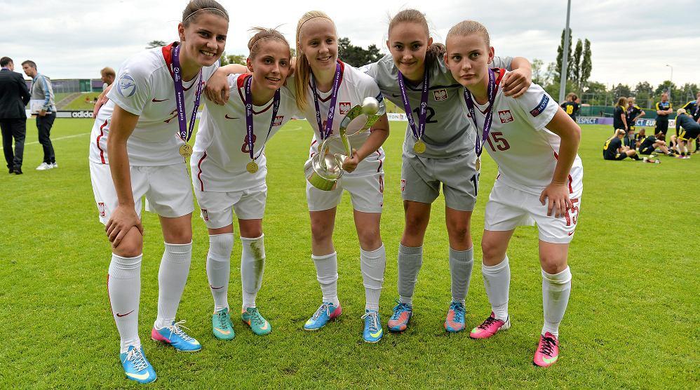 Polki U-17 - Mistrzynie Europy w piłce nożnej! W środku z pucharem Paulina Dudek