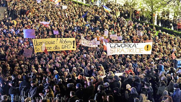 'Łańcuch światła z wykrzyknikiem' - akcja poparcia dla strajkujących nauczycieli i pracowników oświaty, Poznań, czwartek 11 kwietnia
