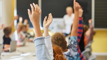 300 plus to potoczna nazwa programu 'Dobry start'. Świadczenie w wysokości 300 zł jest wypłacane jednorazowo, ma być wsparciem na początku roku szkolnego.