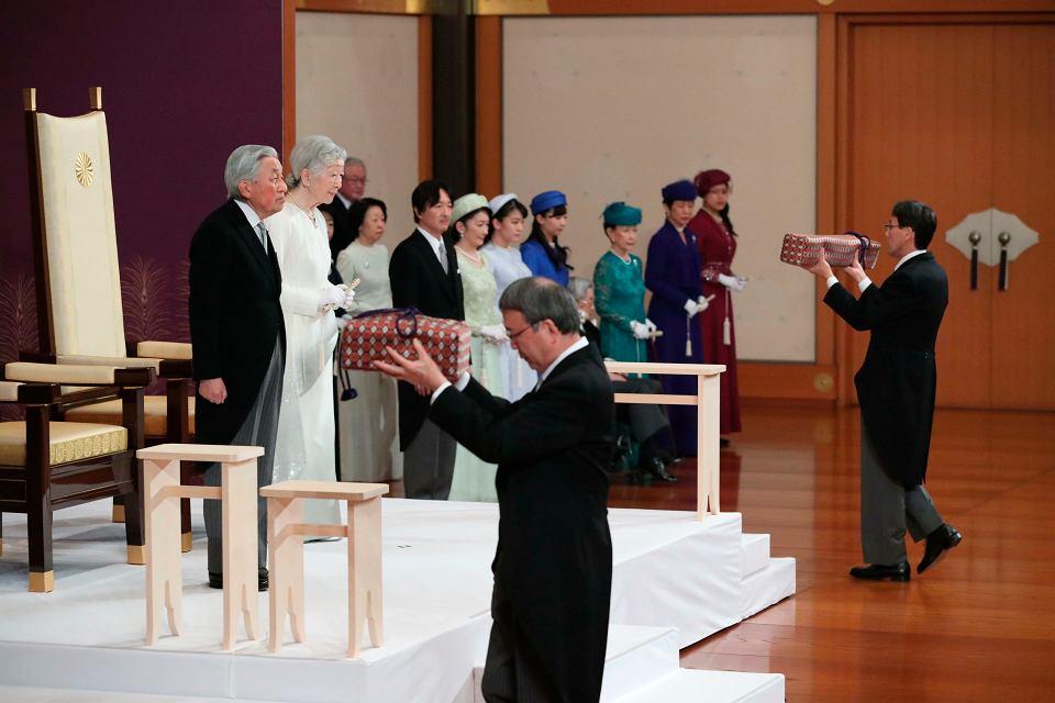Cesarz Akihito wraz z cesarzową Michiko podczas ceremonii abdykacji