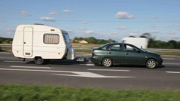 Samochód ciągnący przyczepę campingową