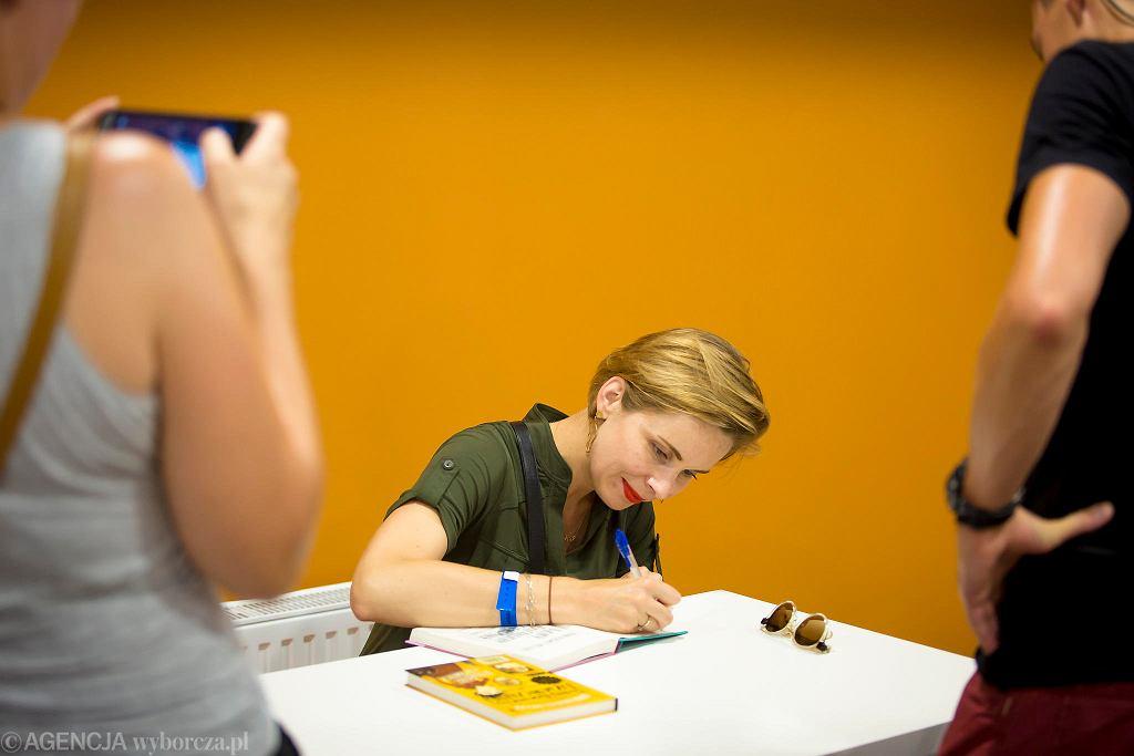 Anna Dziewit-Meller podpisuje książki na festiwalu #bedzieczytane w Ełku / RENATA DĄBROWSKA