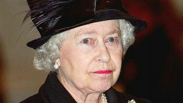Królowa Elżbieta II wróciła do pracy cztery dni po śmierci księcia Filipa. Wzięła udział w uroczystości na zamku