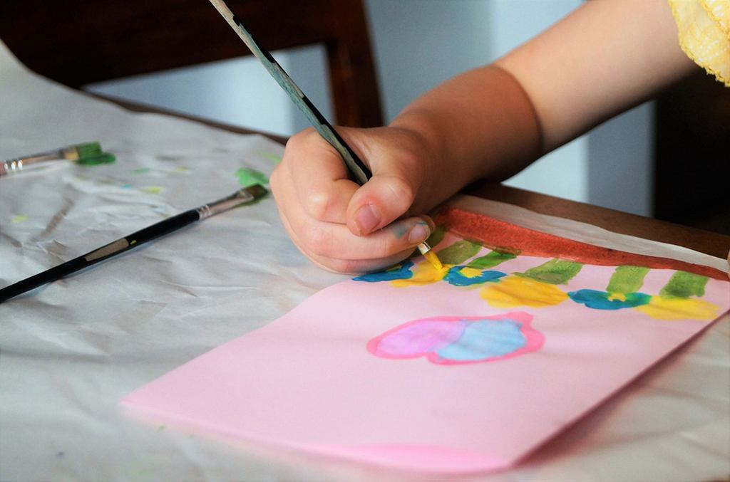 Dzieci uwielbiają tworzyć dla swoich bliskich. Są tak podekscytowane, że rzadko zdarza się, aby utrzymały prezent w tajemnicy.