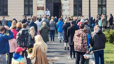 W zeszłym roku, kiedy mieliśmy w Polsce jedynie kilkaset zakażeń, w czasie Wielkanocy w kościołach obowiązywał limit do pięciu osób. W sobotę przybyło 28 tys. zakażeń. Rząd mimo gwałtownej trzeciej fali epidemii nie zdecydował się na zamknięcie kościołów. Obowiązuje limit jedna osoba na 20 metrów kwadr. Z jego przestrzeganiem bywa różnie. W związku z sytuacją epidemiczną inaczej odbyło się też święcenie pokarmów. Niektóre kościoły robiły to w środku z ograniczoną liczbą wiernych, inne na świeżym powietrzu, a jeszcze inne - m.in. parafia św. Jakuba w Toruniu - całkowicie z tego zrezygnowały. Ksiądz Leszek Gęsiak SJ, rzecznik Konferencji Episkopatu Polski, przypomniał w sobotę, że w obecnych warunkach epidemicznych, podobnie jak miało to miejsce w ubiegłym roku, błogosławieństwo pokarmów przeznaczonych na stół wielkanocny może odbyć się w domu.