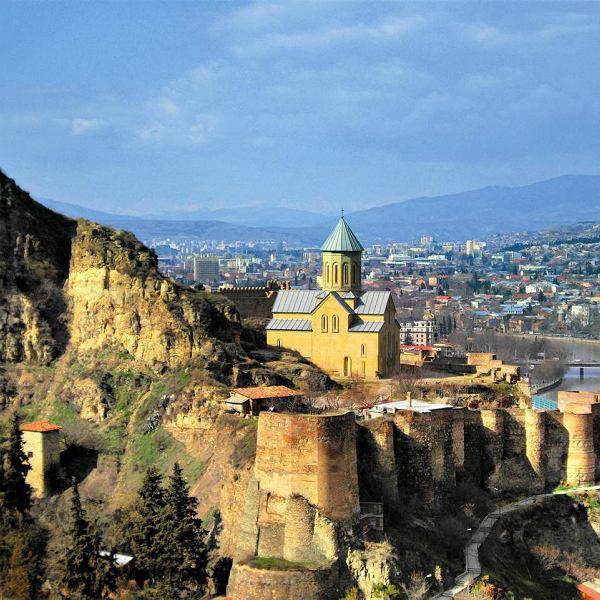 Starożytna twierdza Narikala  wznosząca się nad Tbilisi