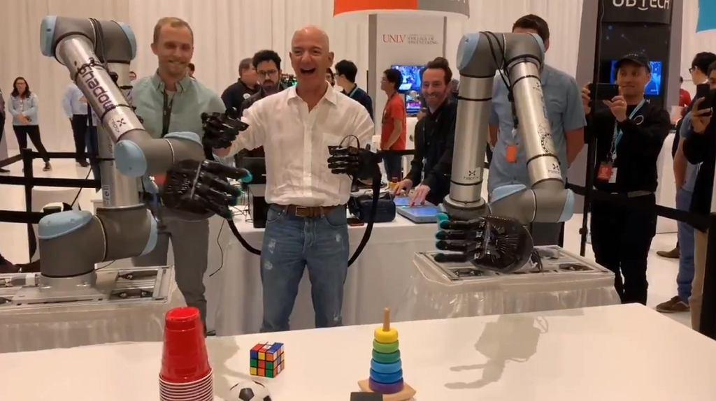 Jeff Bezos testuje robotyczne ramiona