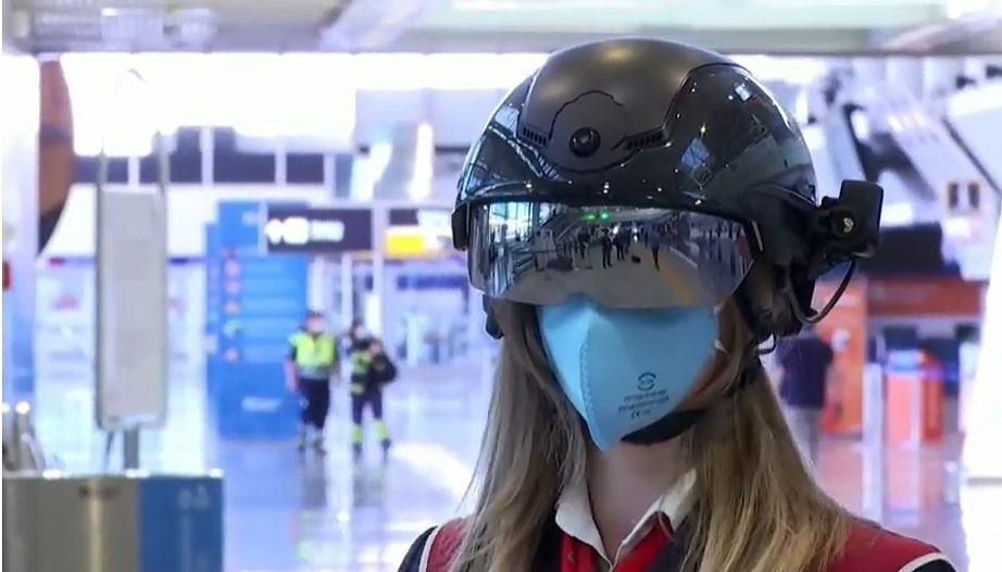 Kask do mierzenia temperatury na lotnisku w Rzymie