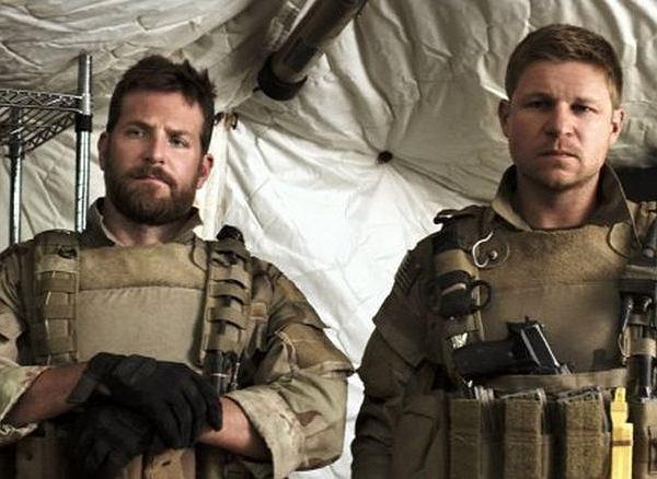 'Snajper', reż. Clint Eastwood. Z lewej Bradley Cooper, z prawej Kevin Lacz