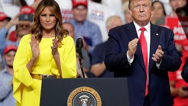 Melania i Donald Trumpowie podczas wiecu na Florydzie