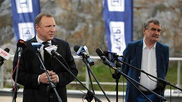 Kielce, 30 maja 2017 roku.Prezes TVP Jacek Kurski (l) i prezydent Kielc Wojciech Lubawski(p) podczas konferencji prasowej dotyczącej festiwalu polskiej piosenki na Kadzielni