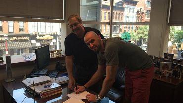 Marcin Gortat podpisuje kontrakt