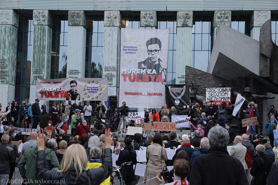 Demonstracja w obronie sędziego Igora Tulei pod Sadem Najwyższym