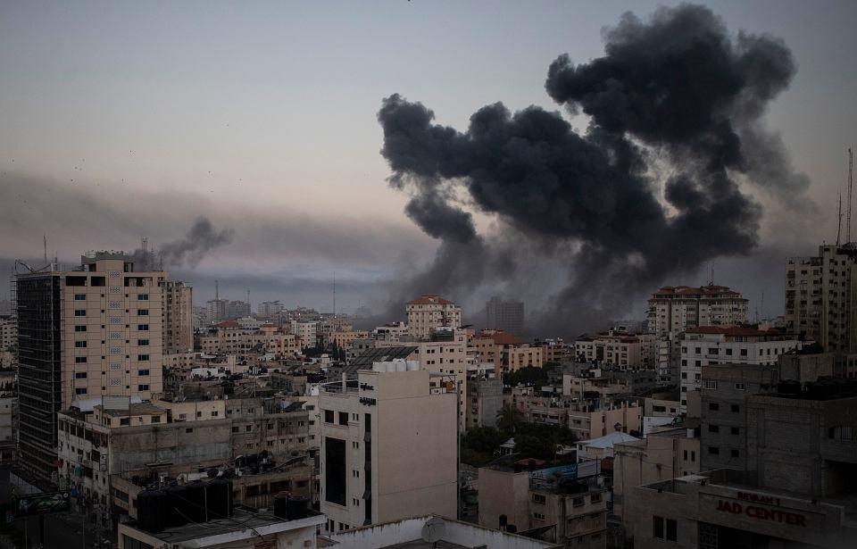 Dym nad Gazą po ostrzale miasta przez siły Izraela, 12 maja 2021 r.