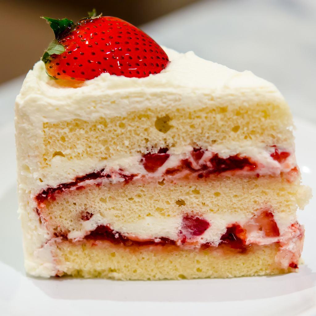 Ciasto biszkoptowe z kremem śmietankowym i truskawkami