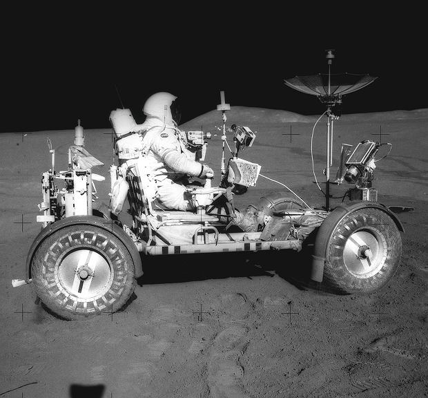David R. Scott w pojeździe Lunar Roving Vehicle podczas misji Apollo 15