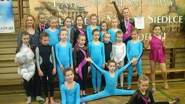 Gimnastyczki MDK Radom i ich trener Anna Stawczyk