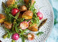 Młode ziemniaki pieczone wmiodzie zrzodkiewkami iszparagami - ugotuj