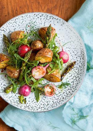 Młode ziemniaki pieczone wmiodzie zrzodkiewkami iszparagami