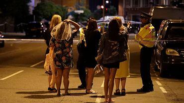 Ludzie i policja w centrum Londynu , gdzie doszło do ataku terrorystycznego