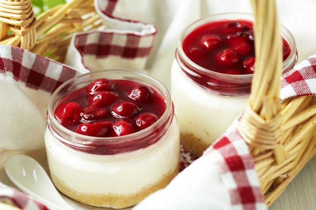 Sernik z wiśniami w słoiku