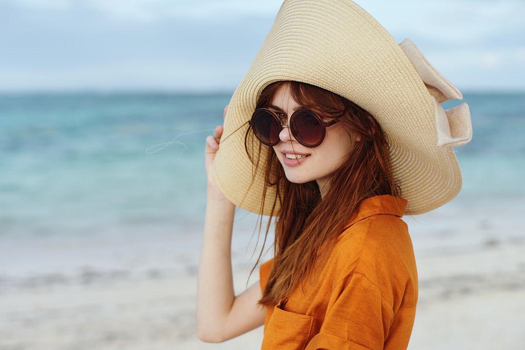 Lato to trudny okres dla włosów. Jak chronić je przed działaniem promieni słonecznych?