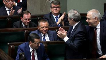 Marian Banaś oklaskiwaniu po wybraniu jego kandydatury na szefa NIK-u, 30 sierpnia 2019.