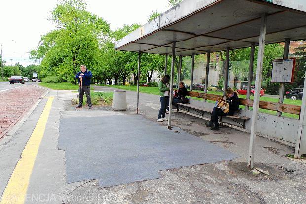Wykładzina dywanowa rozłożona na przystanku autobusowym Czarnieckiego przy ul. Krasińskiego na Żoliborzu, maj 2014 roku