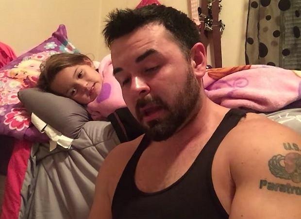 Weteran wojenny ma duży problem z jąkaniem się, po mimo tego czyta na dobranoc swojej córeczce [WIDEO]