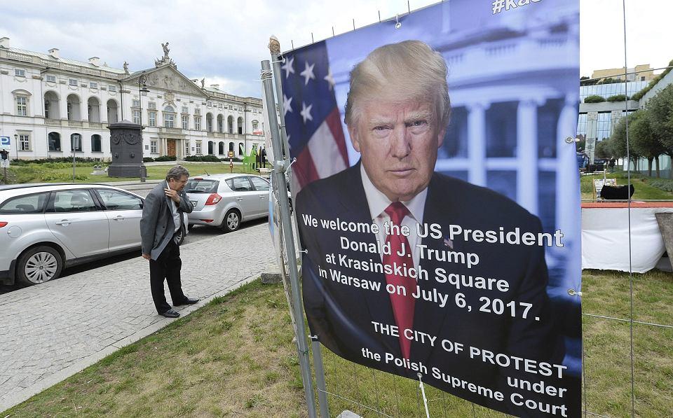 Plakat reklamujący przemówienie Donalda Trumpa w Warszawie (fot. Czarek Sokołowski/AP)