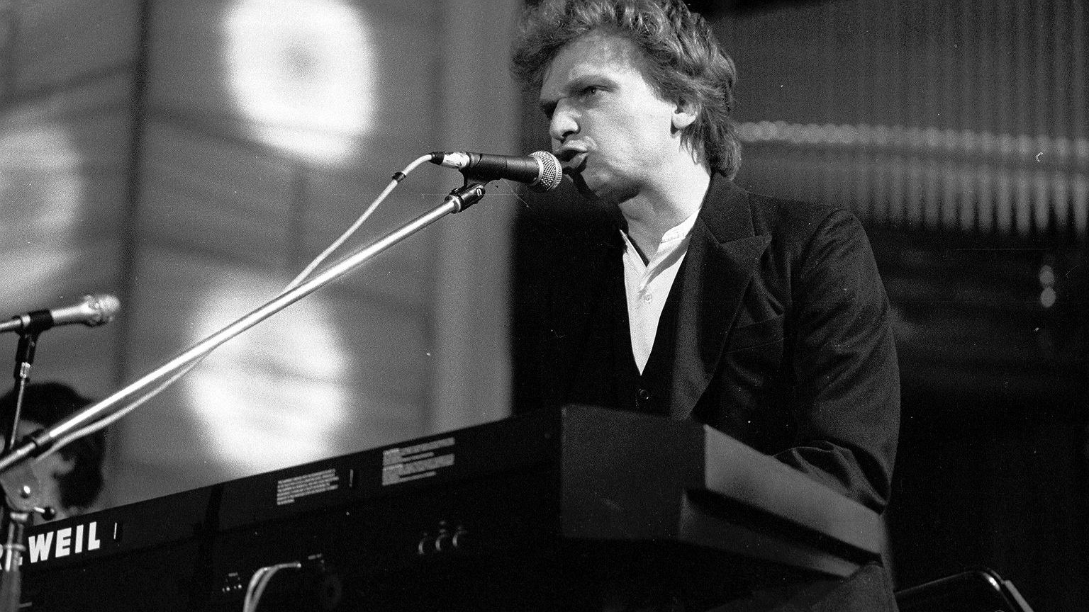Grzegorz Ciechowski podczas koncertu galowego 'Artyści dla Rzeczpospolitej' w 1990 r.