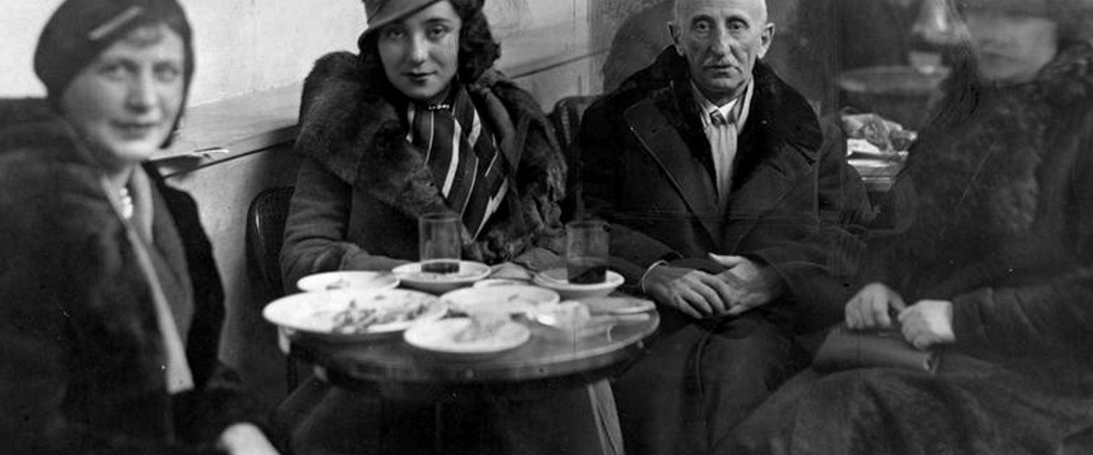 Leśmian z córką Wandą i znajomymi w kawiarni (fot. Narodowe Archiwum Cyfrowe)