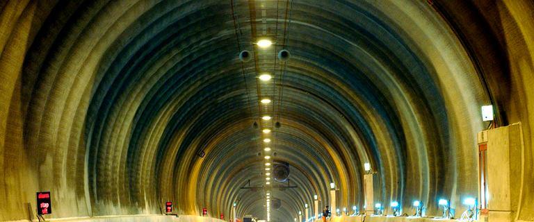 Polak jechał pod prąd tunelem w Holandii. Policja zabrała mu auto