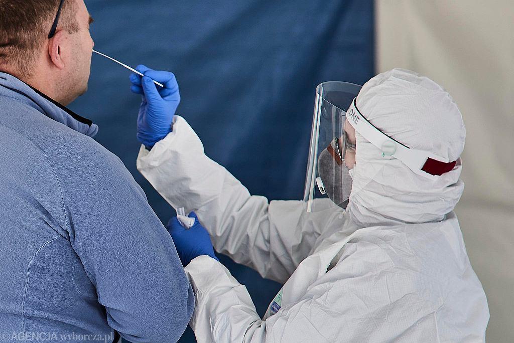 Pobieranie wymazu do badania na zakażenie koronawirusem