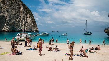 Turyści chętnie odwiedzają plażę Nawajo na Zakynthos
