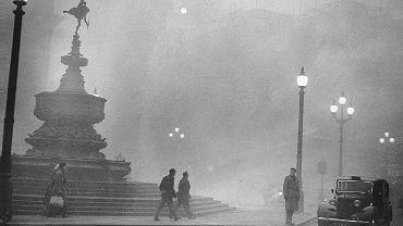 Plac Piccadilly Circus podczas Wielkiego Smogu Londyńskiego w 1952 roku