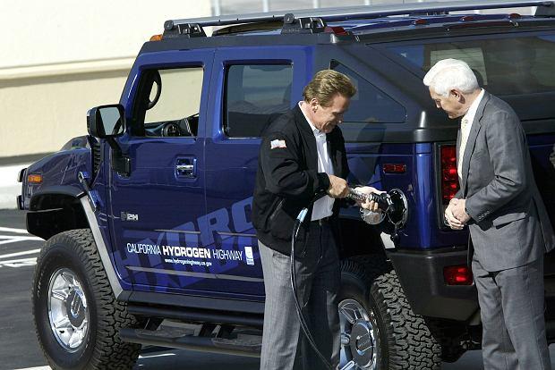 Arnold Schwarzenegger przy swoim ulubionym samochodzie. Hummer, napędzana 6-litrowym motorem cywilna wersja wojskowej terenówki Humvee, jest symbolem amerykańskiego rozpasania. Ale nie ten - nowy model jest zasilany ekologicznym wodorem