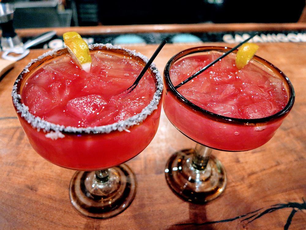 Margarita truskawkowa - przepis na orzeźwiający drink na lato [wersja z alkoholem lub bez]. Zdjęcie ilustracyjne
