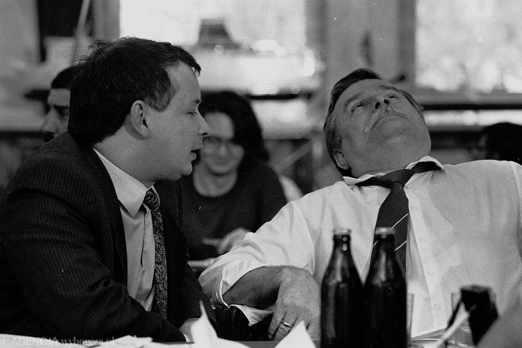 Jarosław Kaczyński i Lech Walesa w sali BHP w Stoczni Gdańskiej, rok 1990