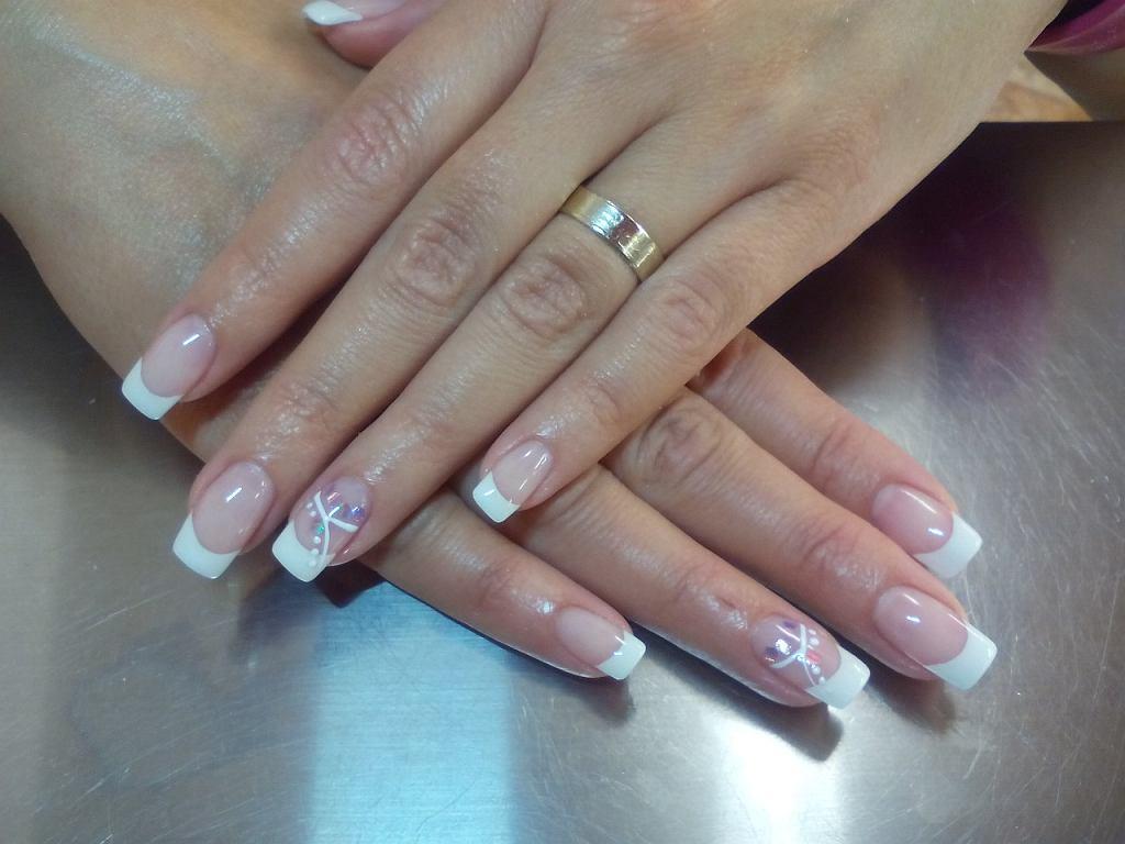 Paznokcie żelowe to metoda, która pozwala przedłużyć naturalne paznokcie i nadać im inny kształt