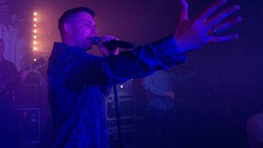 Świąteczne koncerty Bisza w Estradzie to już coroczna tradycja. Najbardziej znany raper z Bydgoszczy i Radex - producent muzyczny wystąpili dziś wieczorem w klubie z premierowym materiałem. 'Wilczy Humor' to jedna z najlepiej recenzowanych płyt tego roku. Chętnych, by posłuchać utworów na żywo nie brakowało.  Płyta jest kolejnym przykładem na to, że hip-hop w Polsce wciąż otwiera się na nowe gatunki i treści. Raper nawija o sobie z ironią, a w swoje refleksje wrzuca nawiązania literackie, filmowe i filozoficzne, ale przede wszystkim błyskotliwie operuje słowem i bawi się rytmami. Radex, czyli Radek Łukasiewicz z zespołu Pustki sprzyja mu swoimi produkcjami wychodzącymi poza schematy, wpadającymi w rock, electro-pop, a nawet jazz. Na poniedziałkową prezentację albumu na żywo złożyły się występy stand-uperów i koncertowa odsłona, czyli występ w wykonaniu liczącego siedem osób live bandu B.O.K, który ma za sobą świetne przyjęcie na ważnych festiwalach m.in. Off Festiwal, Coke Live Festiwal, Hip-Hop Kemp, Slot Art Festiwal. Wizytówką B.O.K jest sprawne poruszanie się po całym gatunkowym spektrum - od muzyki bitowej do ciężkich gitarowych brzmień, od klasycznych skrzypcowych motywów do jazzowych improwizacji. Fani zgromadzeni w Estradzie potrafili docenić ten kunszt.