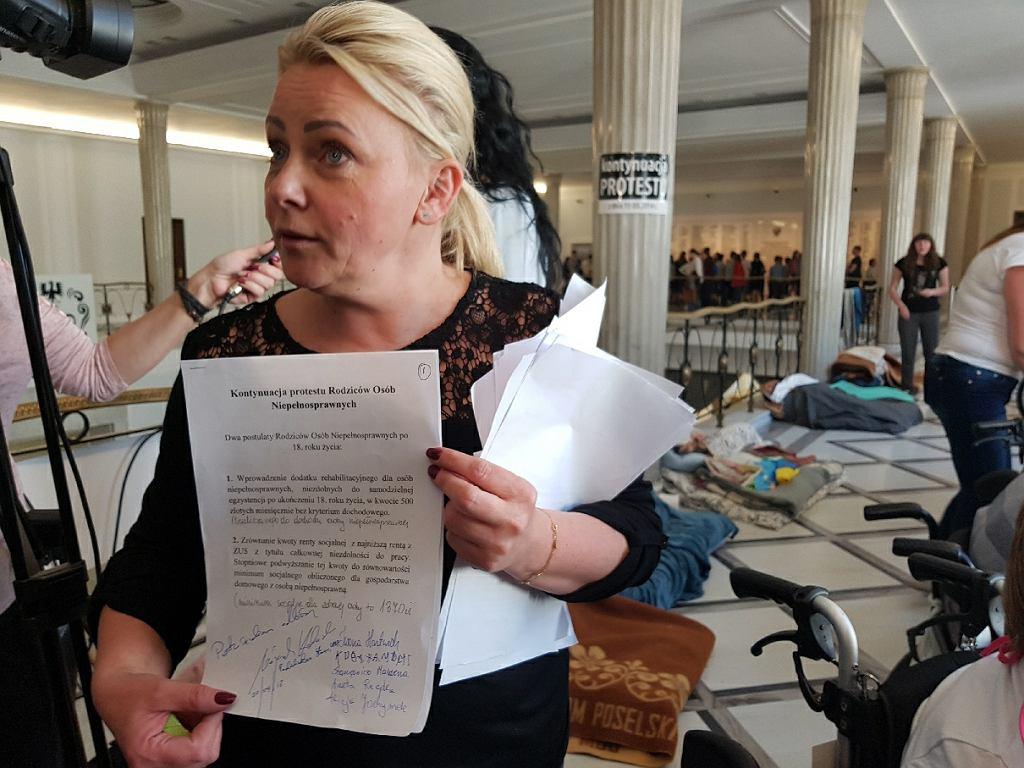 Protest rodziców dzieci niepełnosprawnych w Sejmie