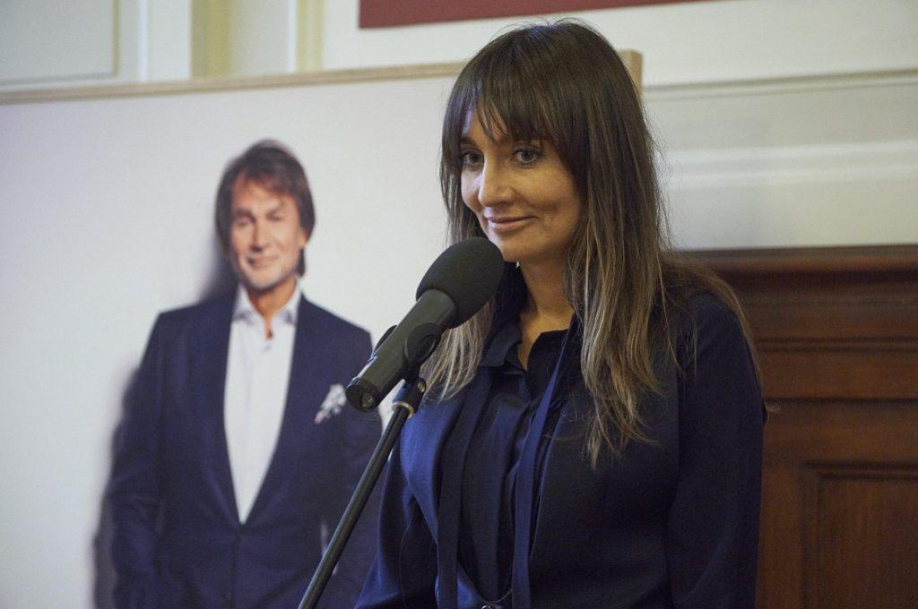 Dominika Kulczyk, w tle podobizna jej ojca Jana Kulczyka (fot. Łukasz Cynalewski/AG)