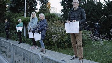 Zwoje drutu rozciągnięte przed Sejmem. Demonstracyjna akcja aktywistów o świcie.