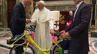 Szef włoskiej poczty Francesco Caio prezentuje papieżowi Franciszkowi elektryczny rower dla listonoszy, który ma zastąpić pocztowe skutery