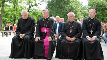 19 czerwca 2017 r., uroczyste otwarcie domu opieki społecznej prowadzonego przez Instytut Medyczny im. Jana Pawła II, którym kieruje ks. Andrzeja Dymer (na zdjęciu pierwszy od lewej). Obok arcybiskup Andrzej Dzięga oraz biskupi Błażej Kruszyłowicz i Henryk Wejman
