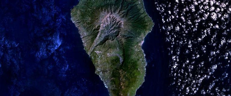 Wyspy Kanaryjskie. Wybuch wulkanu Cumbre Vieja. Kłęby dymu na La Palmie