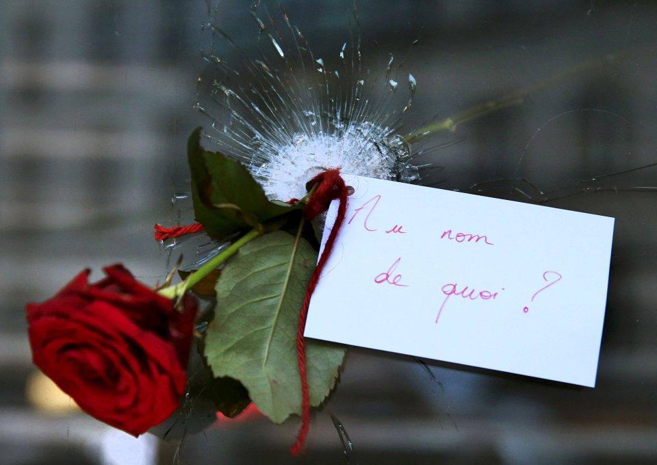 LISTOPAD. 13 listopada w Paryżu trzy skoordynowane komanda terrorystów, w sumie dziewięć osób, dokonały zamachów. Trzech terrorystów uderzyło w pobliżu Stade de France, trzech w sali koncertowej Bataclan, a trzech zaatakowało gości pełnych w piątkowy wieczór barów i restauracji. W zamachach zginęło 129 osób, a ponad 350 zostało rannych. Do aktów terroru przyznało się Państwo Islamskie, według którego był to odwet za francuskie naloty na ich pozycje. Róża w przestrzelonej szybie restauracji w Paryżu, gdzie wczoraj zginęło kilkanaście osób. Na kartce napisano