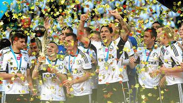 Piłkarze Legii cieszą się z tytułu mistrza Polski